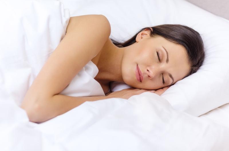 Im Schlaf eine gerade Haltung der Wirbelsaeule optimal
