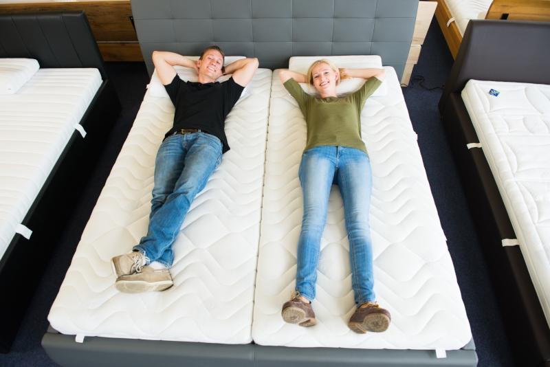 Zufriedenes Paerchen auf Matratzen