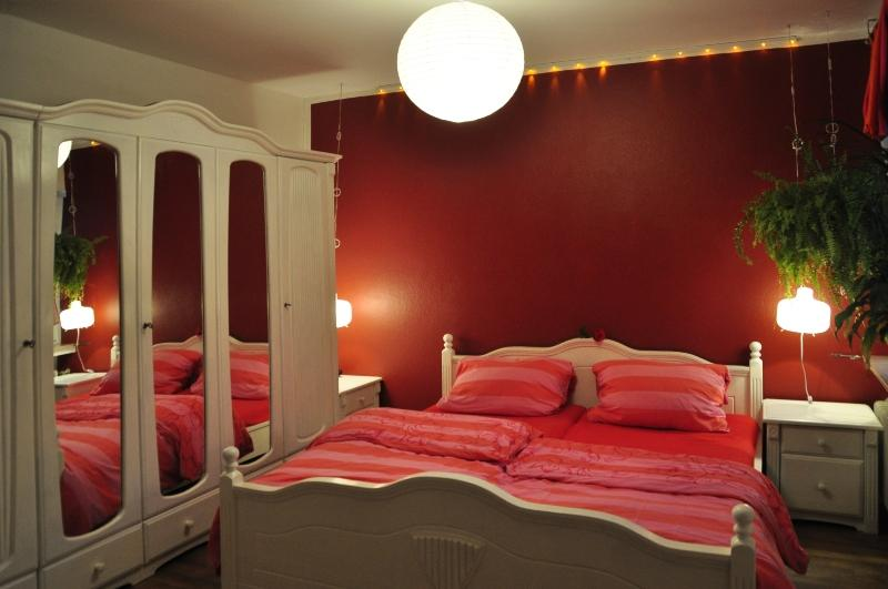 schlafzimmer-rot-weiss