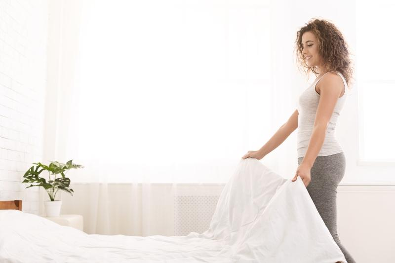 Ein aufgeraeumtes und sauberes Schlafzimmer