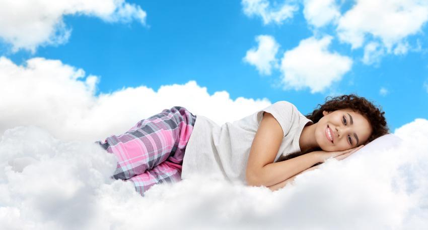 Frau schläft wie im Himmel - Eingewöhnungszeit und körperliche Umstellung bei einer neuen Matratze ist normal