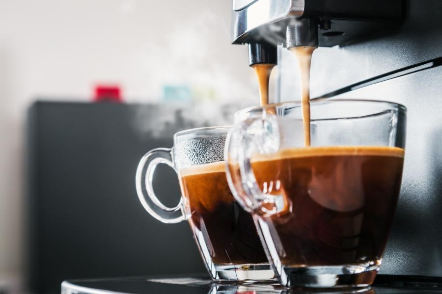 Frisch gebruehter Kaffee aus der Kaffeemaschine