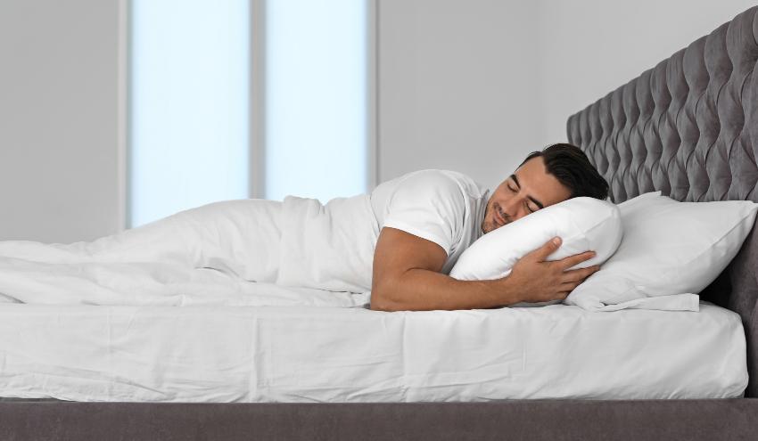 Mann schläft seitlich