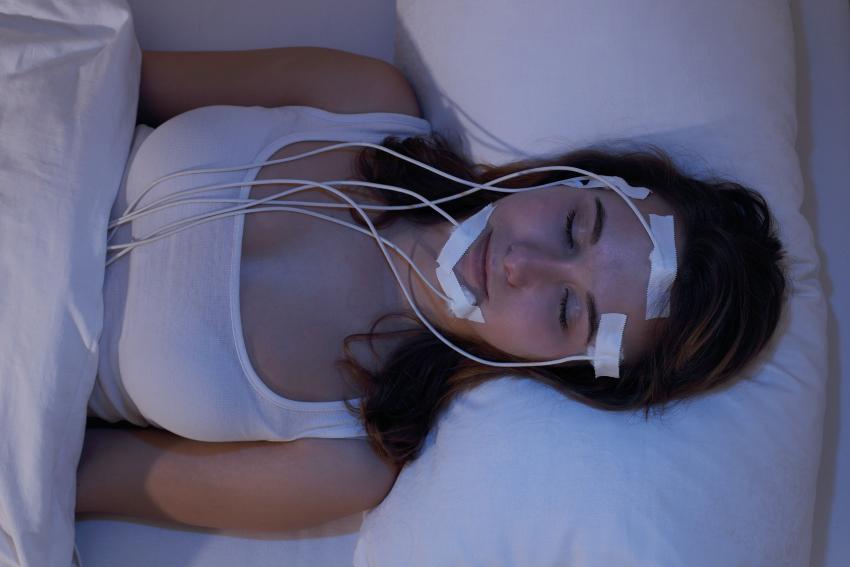 Frau schläft im Schlaflabor