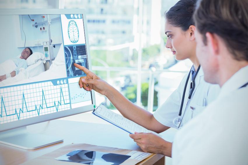 Ärzte schauen auf Monitor mit Schlafdaten