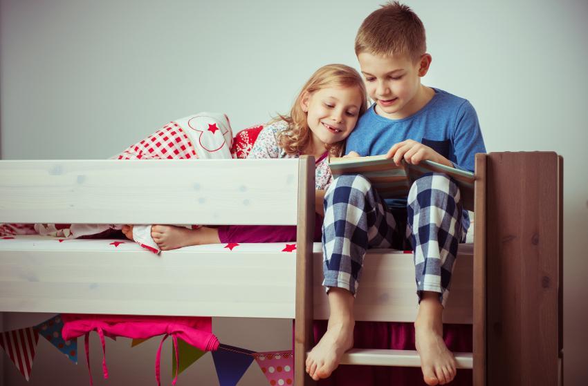 2 Kinder oben im Etagenbett für Kinder