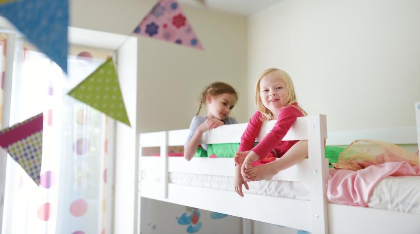 2 Mädchen oben im Etagenbett für Kinder