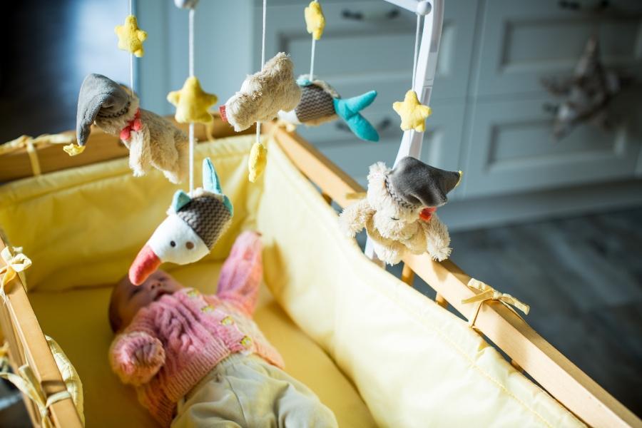 Suesses Baby im Stubenwagen bett-fuer-neugeborene