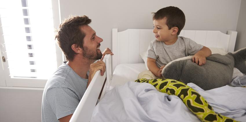Vater mit Sohn im Etagenbett für Kinder