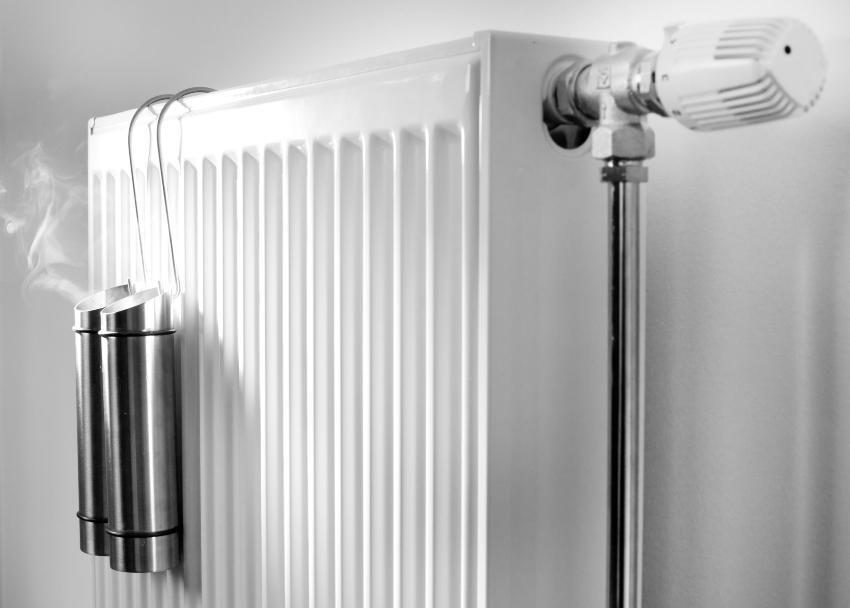 Herkömmlicher Luftbefeuchter an einer Heizung hilft bei optimaler Temperatur im Schlafzimmer