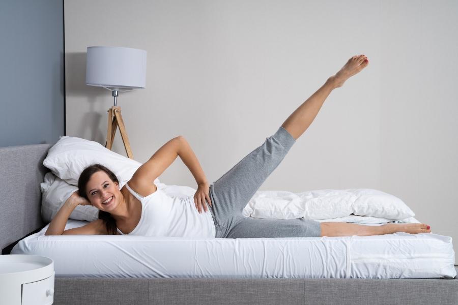 Seitliches Beinheben als Fitness-Uebung im Bett