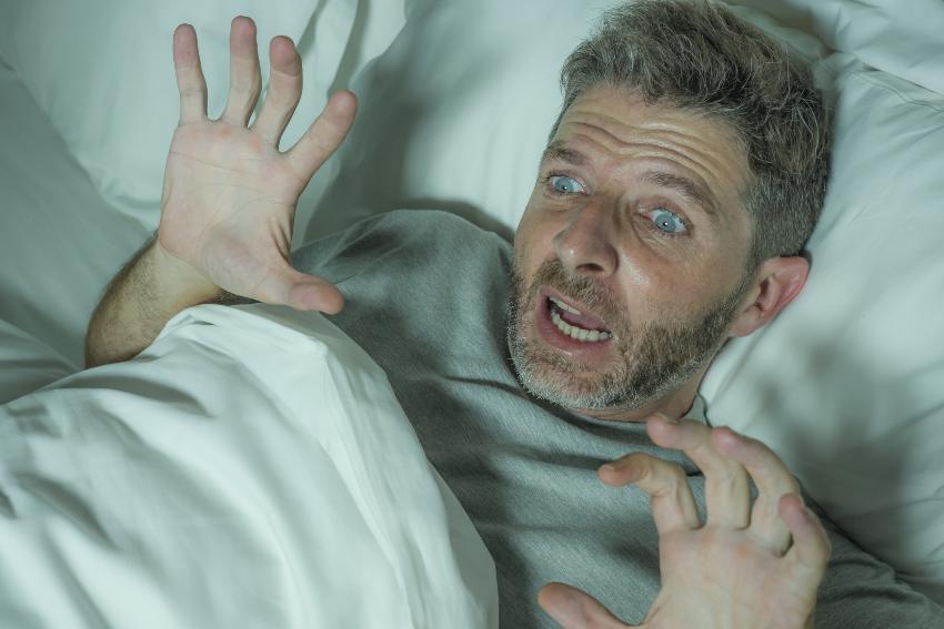 Mann hat Albtraum - Traum und Traumdeutung