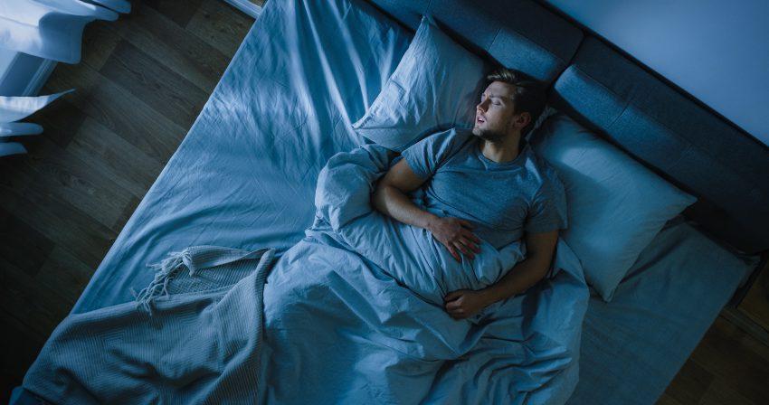 Junger Mann schläft - die richtige Bettgröße zöhlt