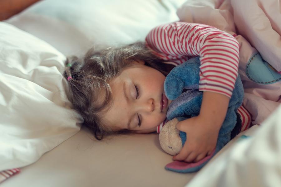 Schlaf ist fuer Kinder besonders relevant hochwertige-kinderbettwaesche