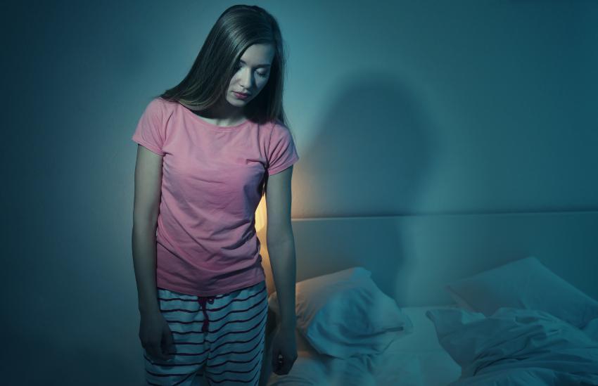 Junge Frau schlafwandelt