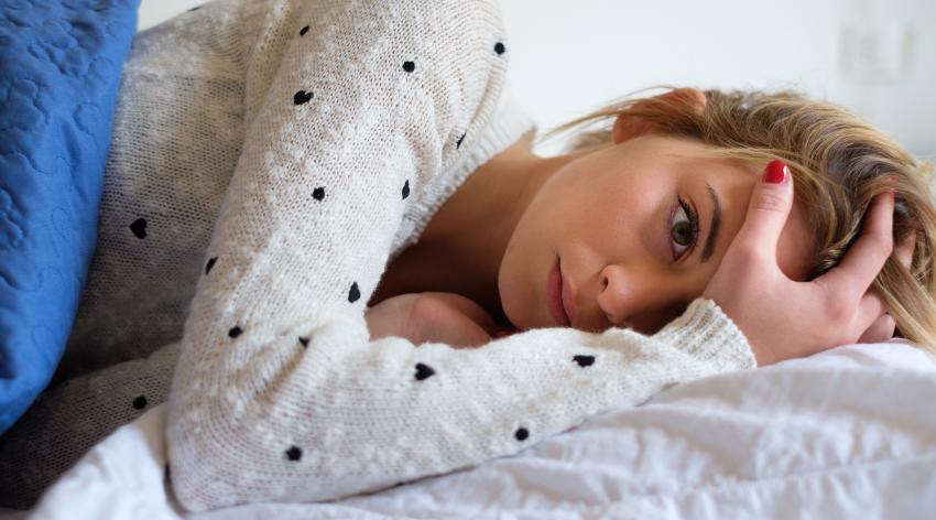 Frau schläft schlecht
