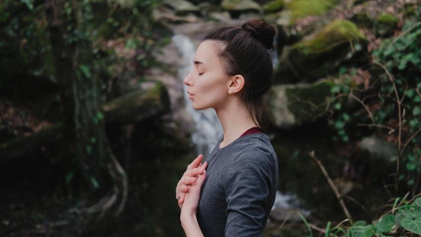 Eine Dame beim konzentrierten Atmen - Meditation