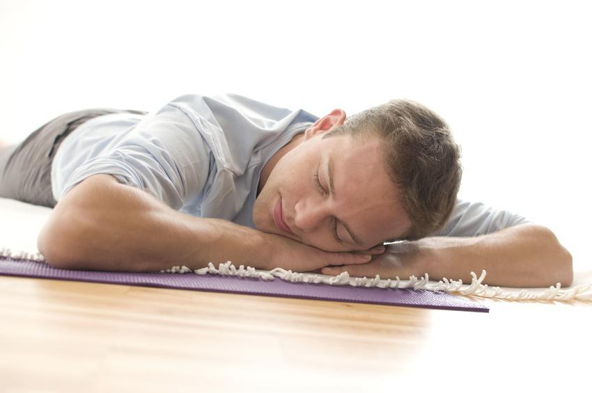 Mann schläft auf Boden