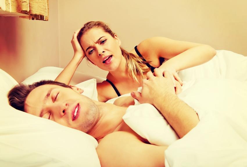 Frau ist erzürnt über ihren schlafenden Partner
