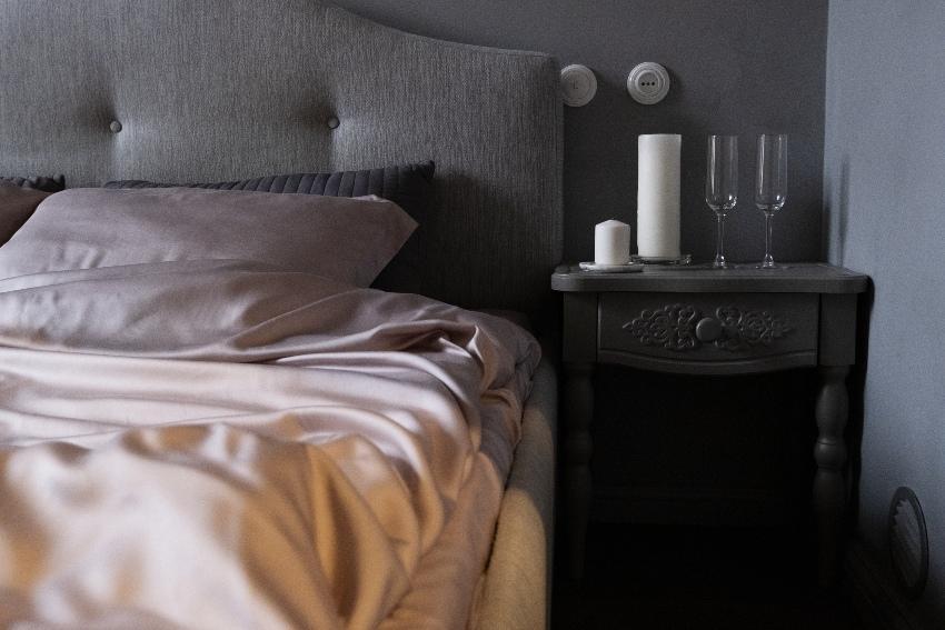 Bett mit Seidenbettwäsche