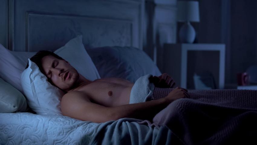 Ein Mann redet im Schlaf