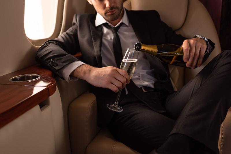Alkohol und Medikamente sind für einen entspannenden Flug keine gute Wahl