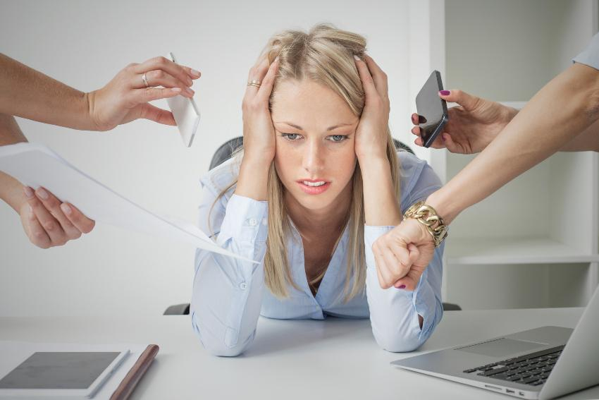 Frau ist gestresst vom Job
