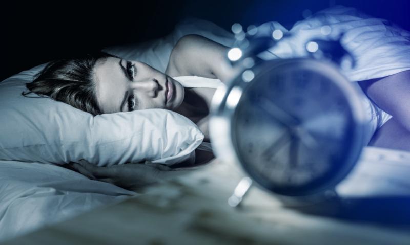 Frau kann nicht schlafen - Tipps zum schnellen Einschlafen