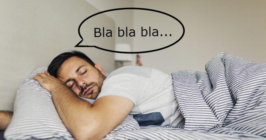 Mann redet im Schlaf