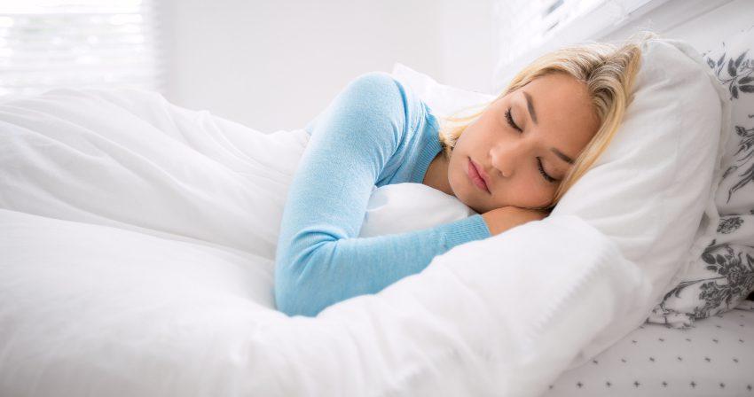 Junge Frau schläft im Bett - Der Schönheitsschlaf