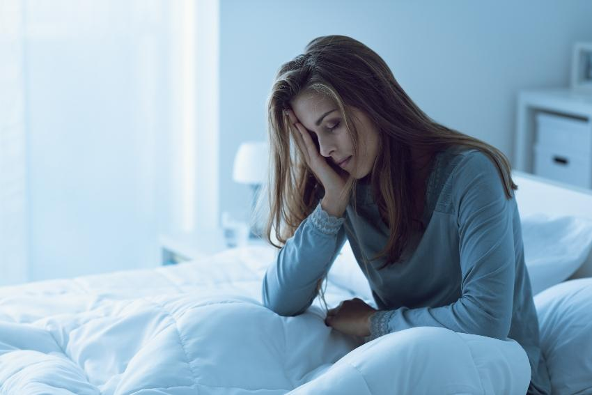 Schlaflose Frau im Bett