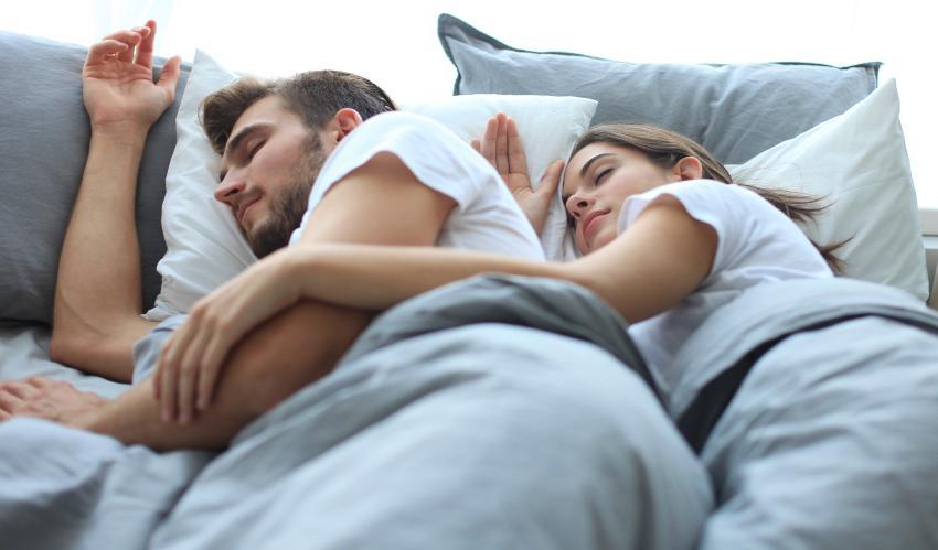 Pärchen schläft im Bett