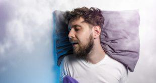 Mann schläft - Alles über den REM-Schlaf
