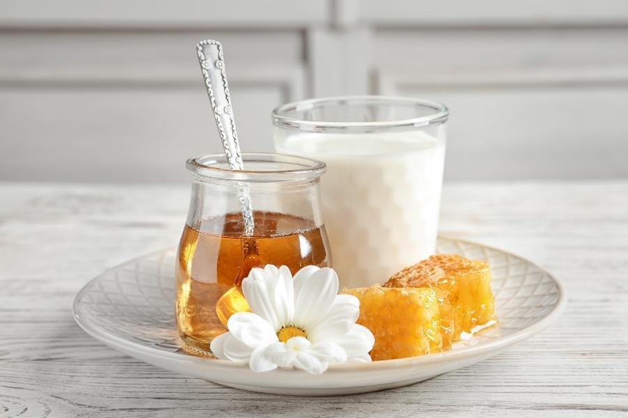 warme-milch-honig-schlaffoerdernde-lebensmittel
