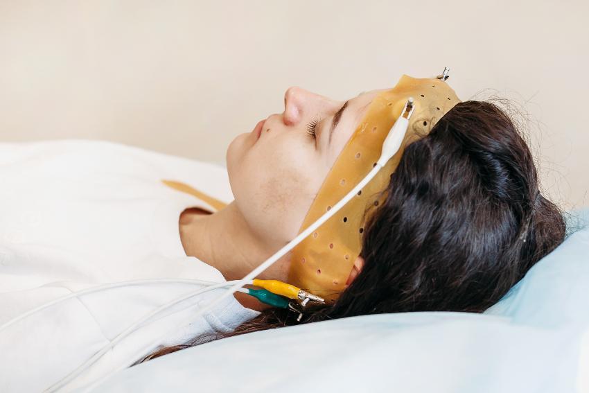 Frau im Schlaflabor mit Gehirnstrommessung