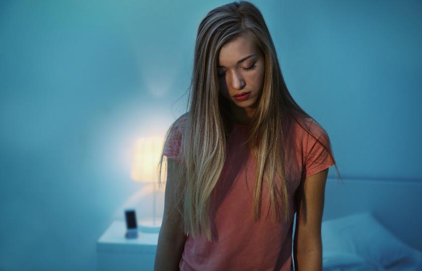 Frau schlafwandelt - Parasomnie