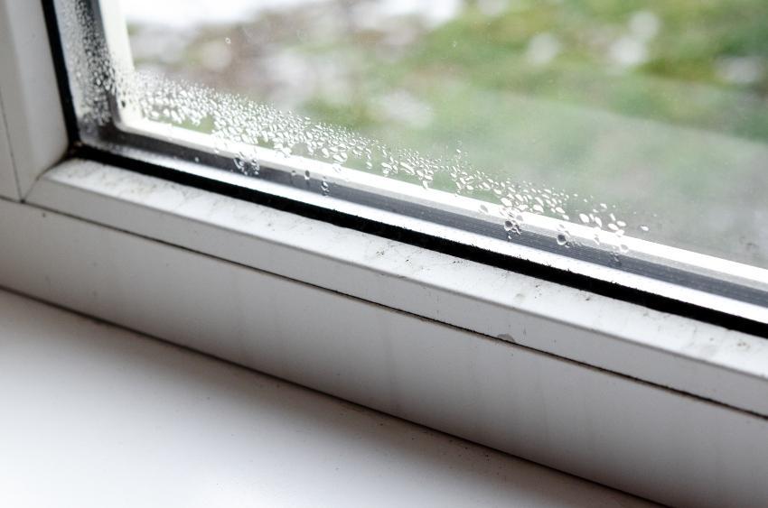 Kondenswasser an einem Fenster - Schlafzimmer lüften und Temperatur hochfahren sind das Gegenmittel