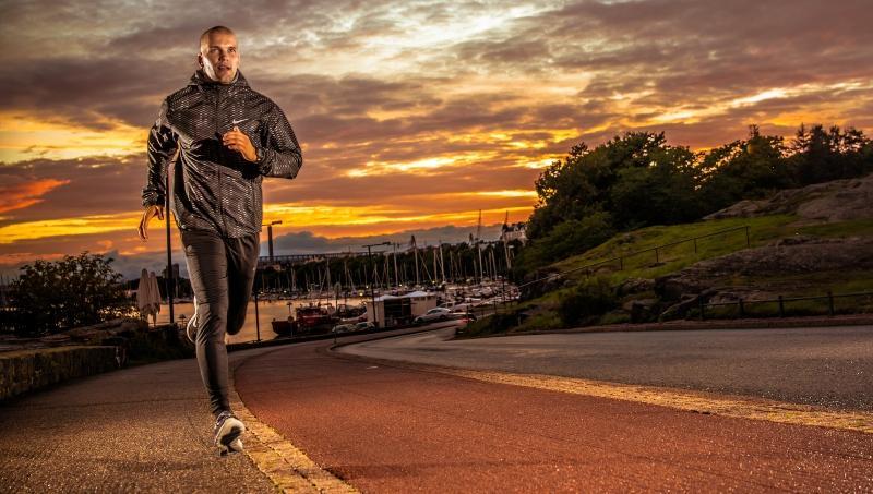 Mann joggt im Abendlicht - Sport vor dem Schlafen kann gesund sein