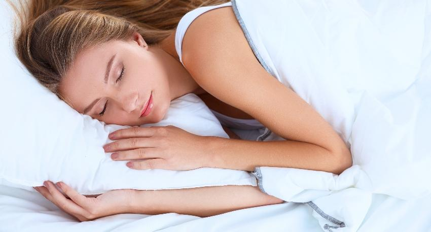 Frau schläft auf der Seite