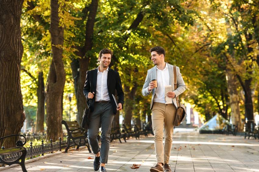 Business-Männer beim Spaziergang