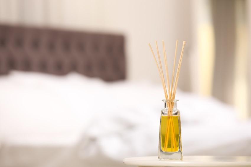 Mehrere Holzstäbchen die in einem mit Duftöl gefüllten Glas stecken - auch so lässt sich der muffige Geruch beseitigen