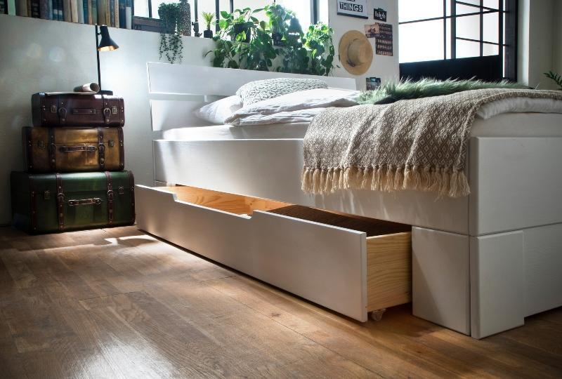 bettkastenset-skadi-aus-fichte-mit-passender-fussblende-weiss-lackiert Ordnung im Schlafzimmer schaffen