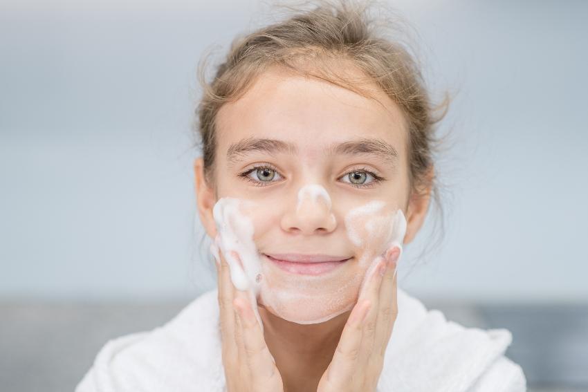 Mädchen wäscht sich das Gesicht