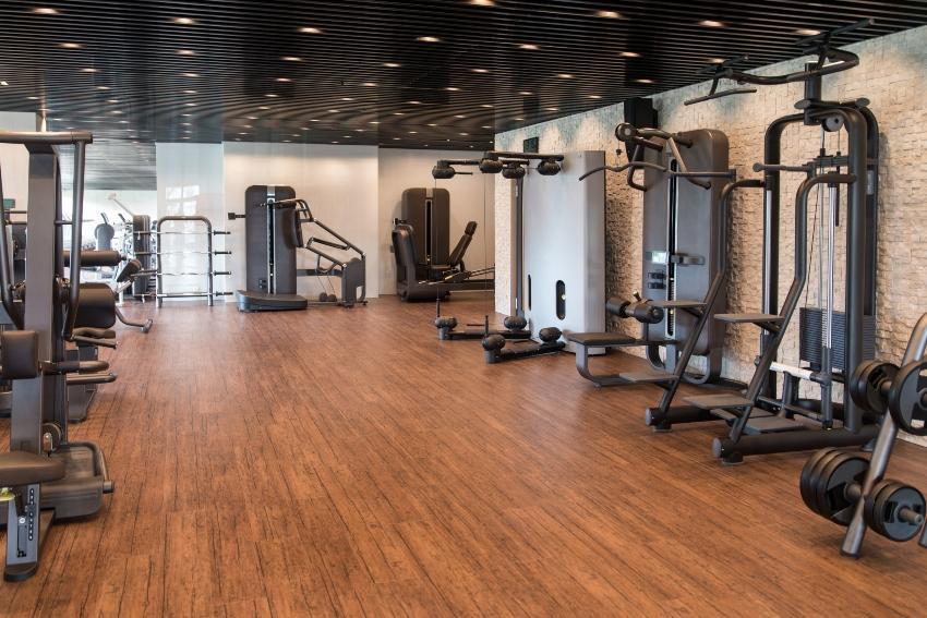 Leeres Fitness-Studio - Sport vor dem Schlafen kann Vorteile bringen