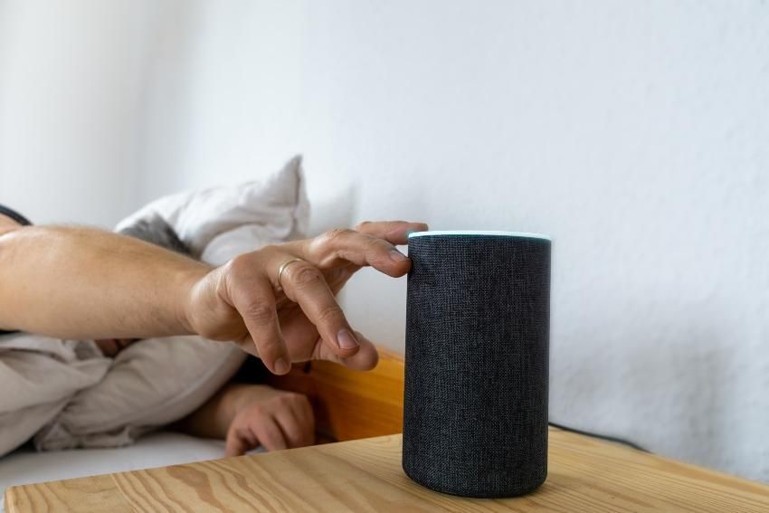 Bluetooth Box auf dem Nachttisch - Mit Musik einschlafen