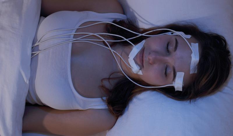 Frau im Schlaflabor mit Hirnstrommessung - Kurz- oder Langschläfer