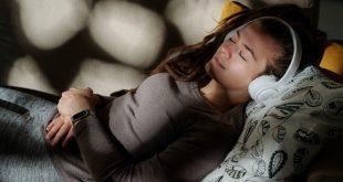 Frau schläft mit Kopfhörer - Mit Musik einschlafen
