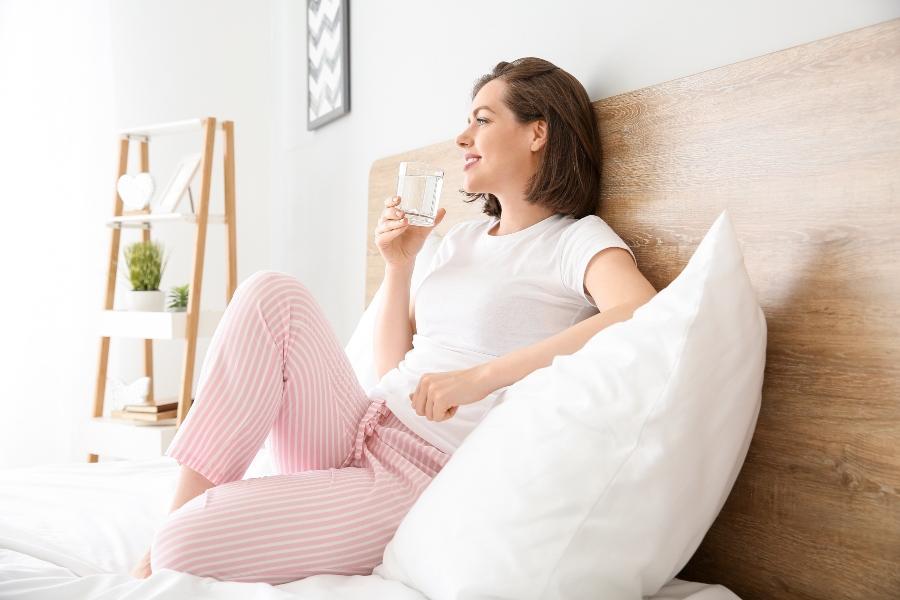 trinken-ueber-den-tag-verteilt Nachtschweiß vermeiden