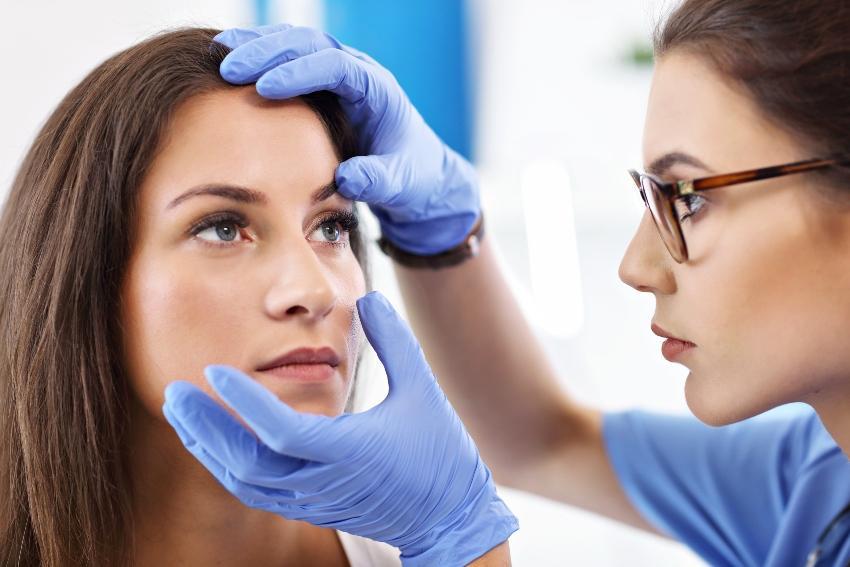 Augenärztin untersucht Augen