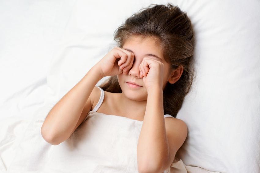 Schlafsand aus den Augen reiben